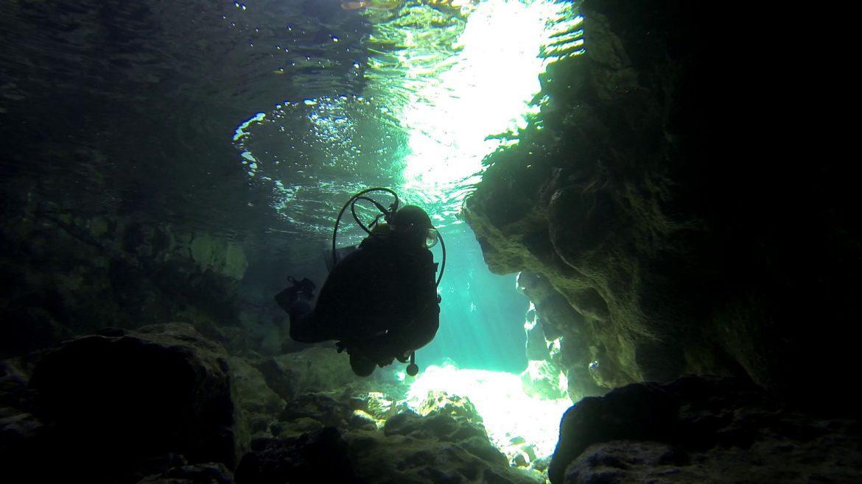 La grotte de la plongée du bord Numero 3 sur 55
