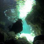 Plonger du bord en hiver et la température de l'eau en mer Méditerranée