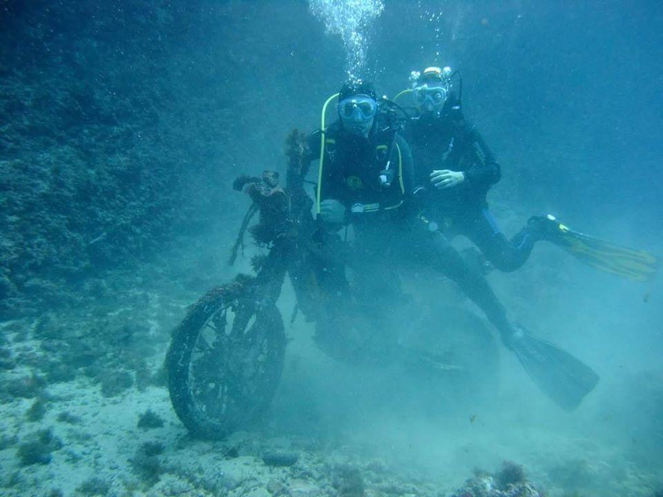 plonger du bord sur moto sous marine